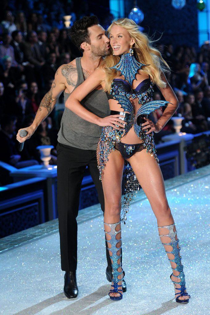 Victoria's Secret любят удивлять публику. В 2011-м на подиум вышла Анна Вьялицына, которая встречалась тогда с Адамом Левином. На шоу как раз выступали Maroon 5, и Адам сначала пытался «украсть» Аню с подиума, а потом нежно ее поцеловал. Было красиво!