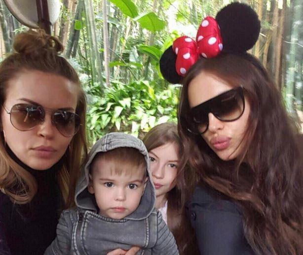 Ирина Шейк с сестрой Татьяной и племянниками