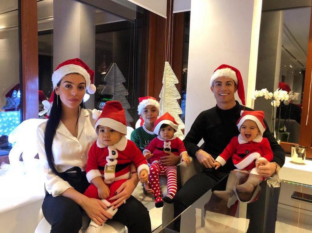 Джорджина Родригес и Криштиану Роналду с детьми / Фото: @cristiano