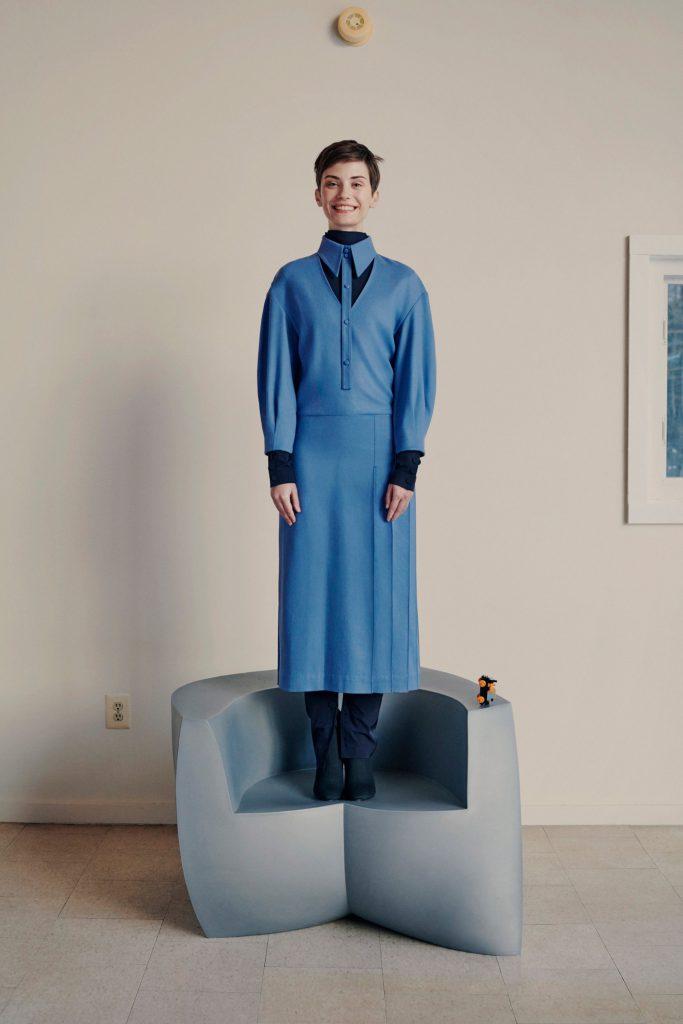 Еще один лайфхак из новой коллекции Moon Choi: платье + брюки + водолазка. Чтобы точно не продуло!