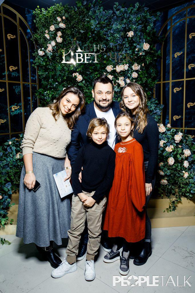 Регина Бурд и Сергей Жуков с детьми и подругой