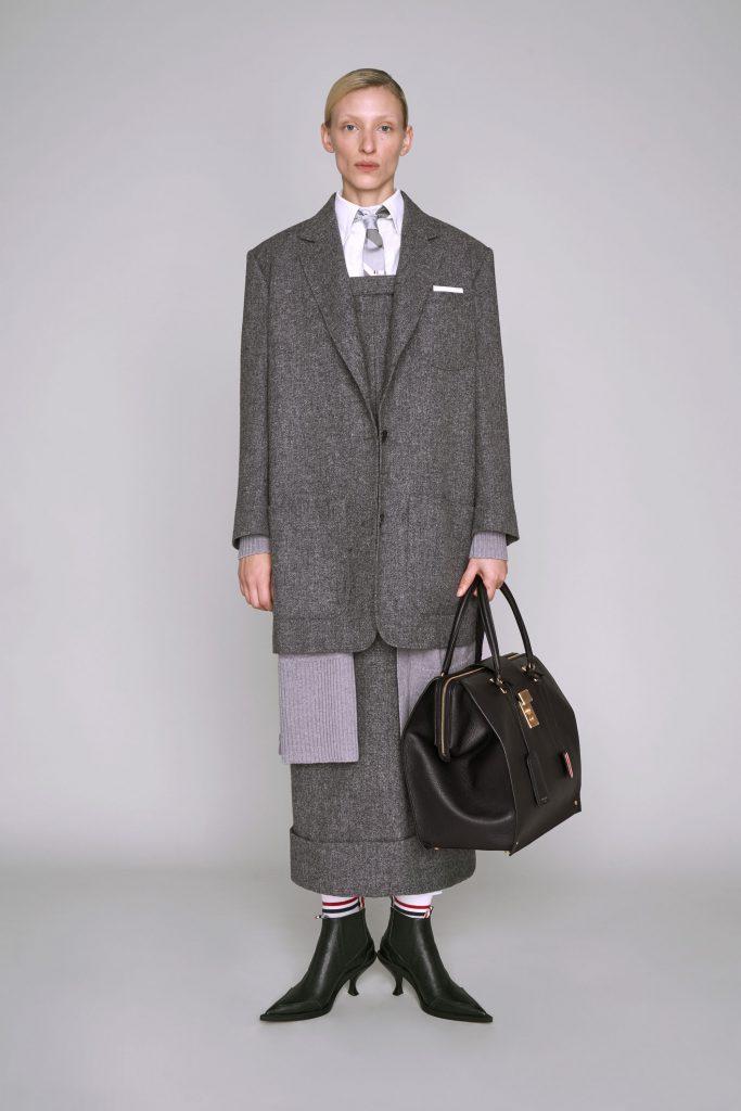 Носи его с пиджаком и рубашкой, как в лукбуке Thom Browne. А под пиджак спрячь шарф