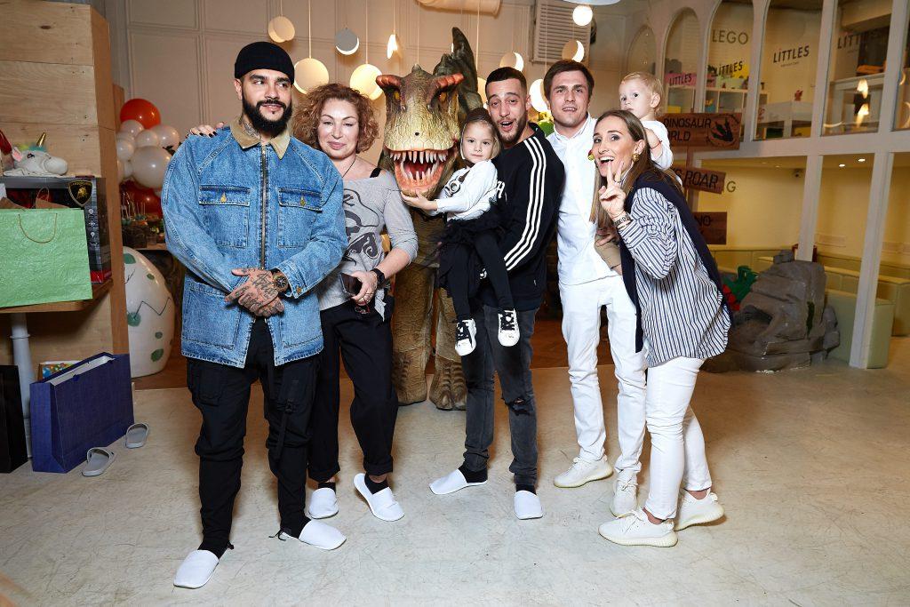 Тимати, Симона, Алиса и Артем Юнусовы, Григорий Матвеевичев и Анастасия Винокур с сыном Федей