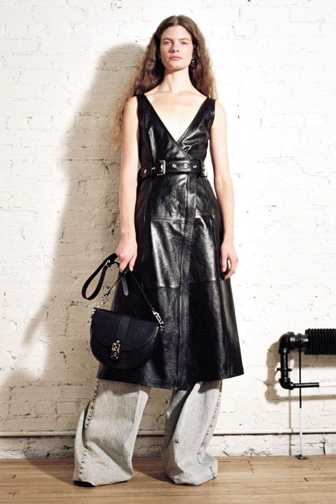 Вариант для самых смелых от Proenza Schouler: платье + широкие джинсы в духе 80-х