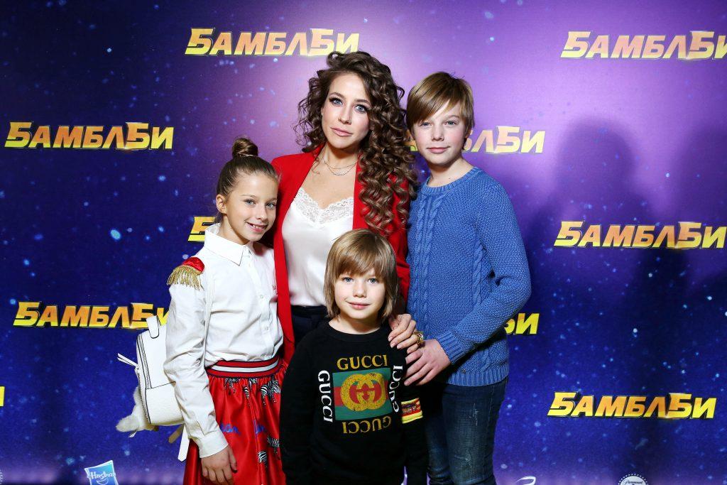 Юлия Барановская с детьми Яной, Арсением и Артемом