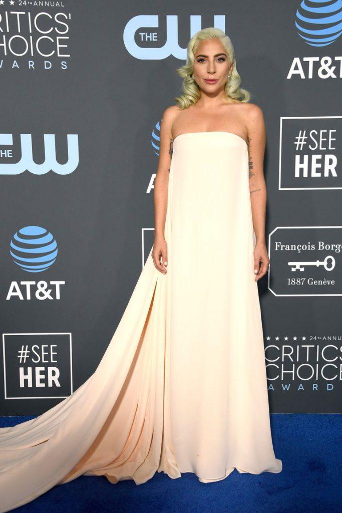 Леди Гага в Calvin Klein и украшениях Djula