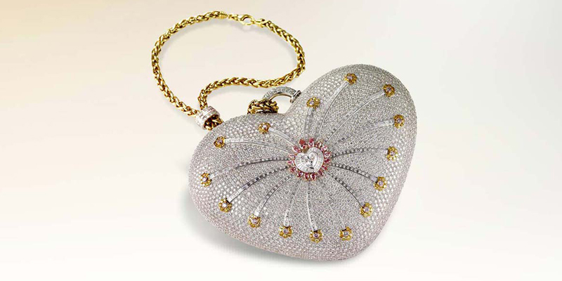 №1: этот клатч Mouawad 1001 Nights Diamond Purse попал в 2011 году в Книгу рекордков Гиннеса. 18-каратное золото, 4517 бриллиантов, 105 из которых желтые, а еще 56 розовые. И это как раз тот случай, когда мы бы даже бесплатно с такой ходить не стали.