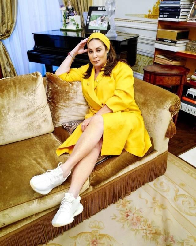 Уверены: даже если Алла Вербер не ходит в Yeezy каждый день, в ее коллекции есть все кроссовки. И почему бы не носить классические Triple White с ярко-желтым платьем?