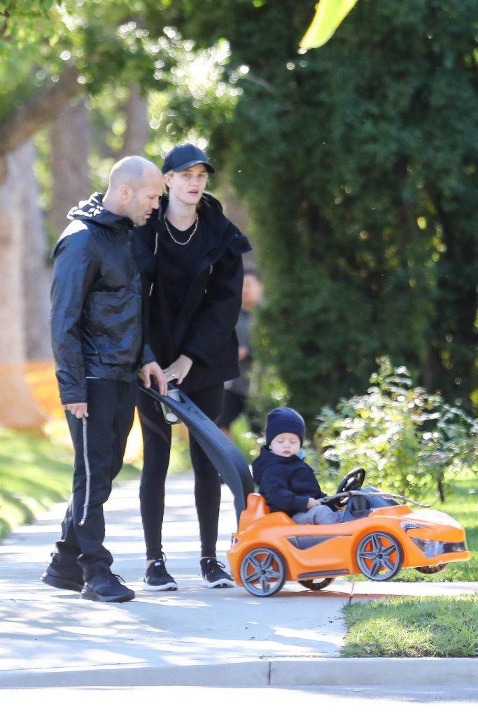 Джейсон Стэтхем и Роузи Хантингтон-Уайтли с сыном /Фото: legion-media.ru