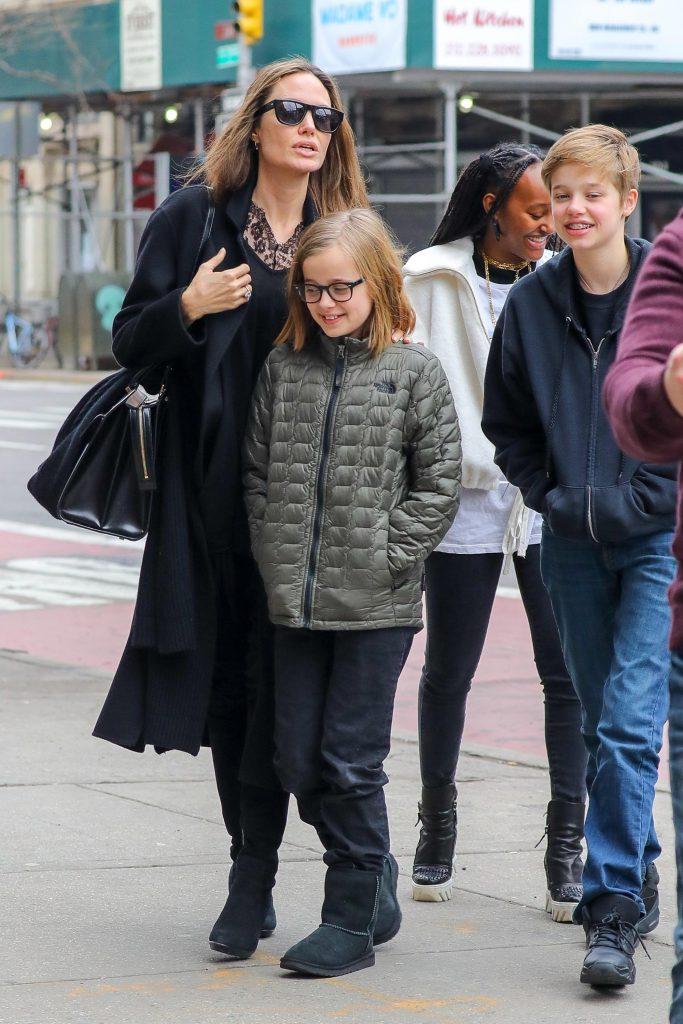 Анджелина Джоли с детьми (Фото legion-media)