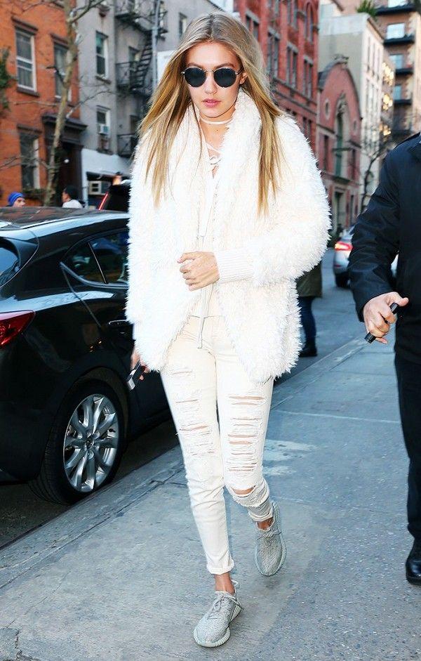 С шубой и рваными джинсами как у Джиджи Хадид они тоже смотрятся круто. Правда, здесь важнее то, что total white сейчас в тренде.