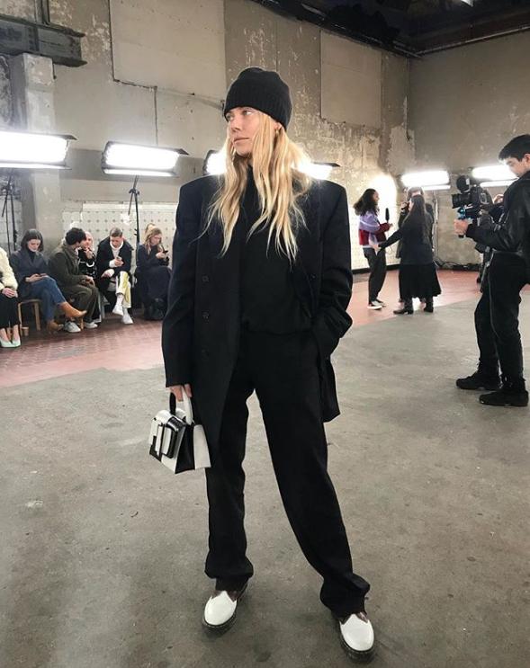 А если размер Леди Гаги для тебя все же великоват, носи брюки с ботинками и классическим черным пиджаком с объемными плечами, как делает это модель Фрея Вьюер.