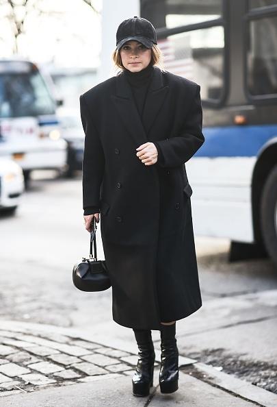 Мирослава Дума носит бейсболки с оверсайз-пальто и супермассивными ботильонами (самыми модными в 2019-м, между прочим).