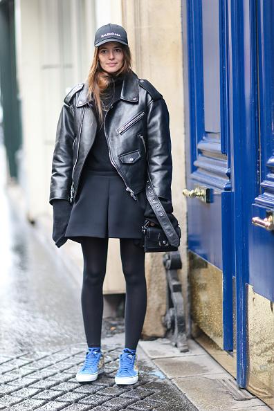 Или с юбкой, кроссовками, плотными колготками и кожаной курткой. Главное, чтобы куртка была оверсайз. Остальные уже не в моде.