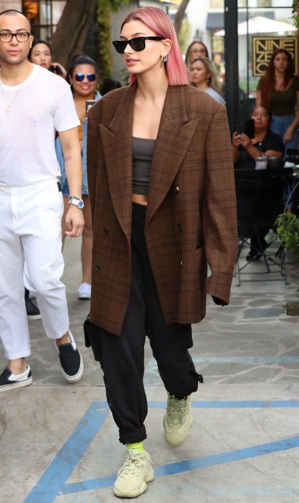 А Хейли Бибер - со спортивными брюками, топом и оверсайз-пиджаком. И, как видишь, тоже не боится экспериментировать с цветом!