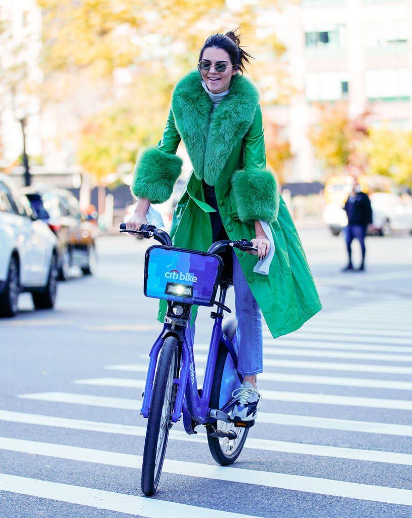 Носи их с голубыми джинсами и ярким пальто/тренчем, как делает это Кендалл. Но на проезжей части будь осторожна - здесь с нее пример брать не стоит.