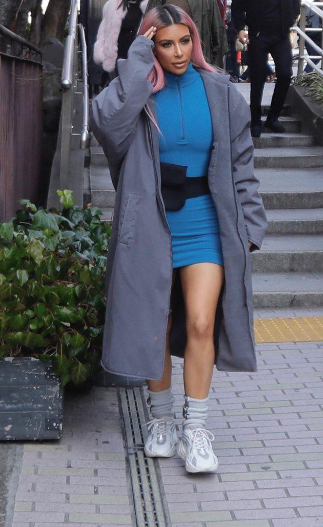 А еще Ким носит Yeezy Boost с обтягивающим мини-платьем, высокими носками и длинным пальто. Очень стильно!