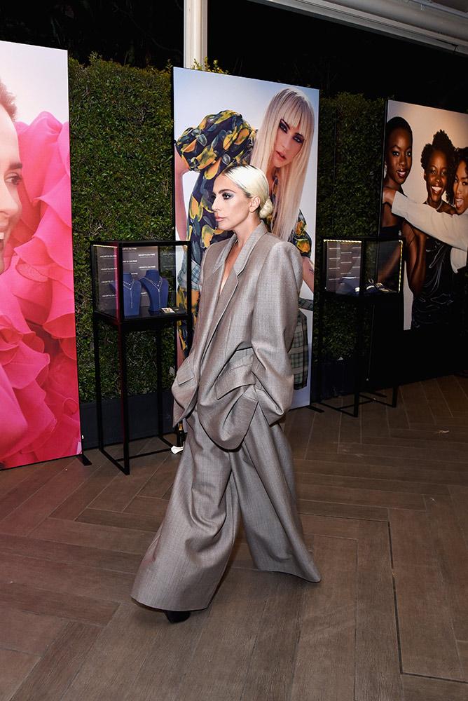 А это наш любимый лук 2018 года. Леди Гага в Marc Jacobs. Оверсайз-брюки + оверсайз пиджак смотрятся вместе очень стильно.