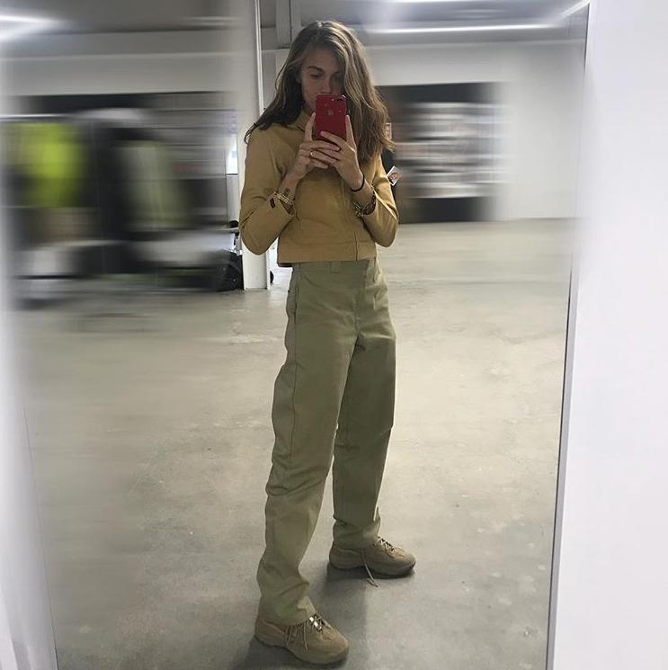 Носи брюки цвета хаки с бежевым топом, как модель Анастасия Венеда. Очень в духе Yeezy.