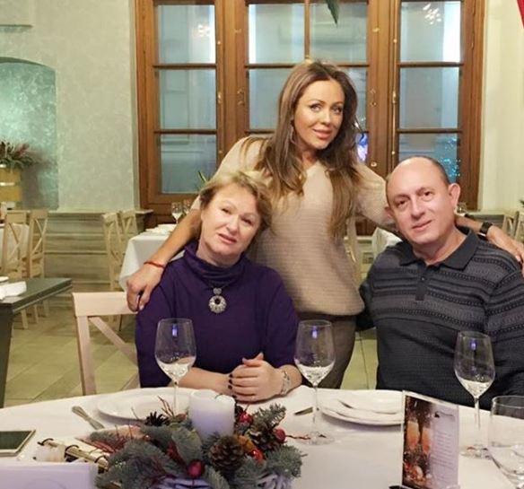 Юлия Началова с мамой и папой