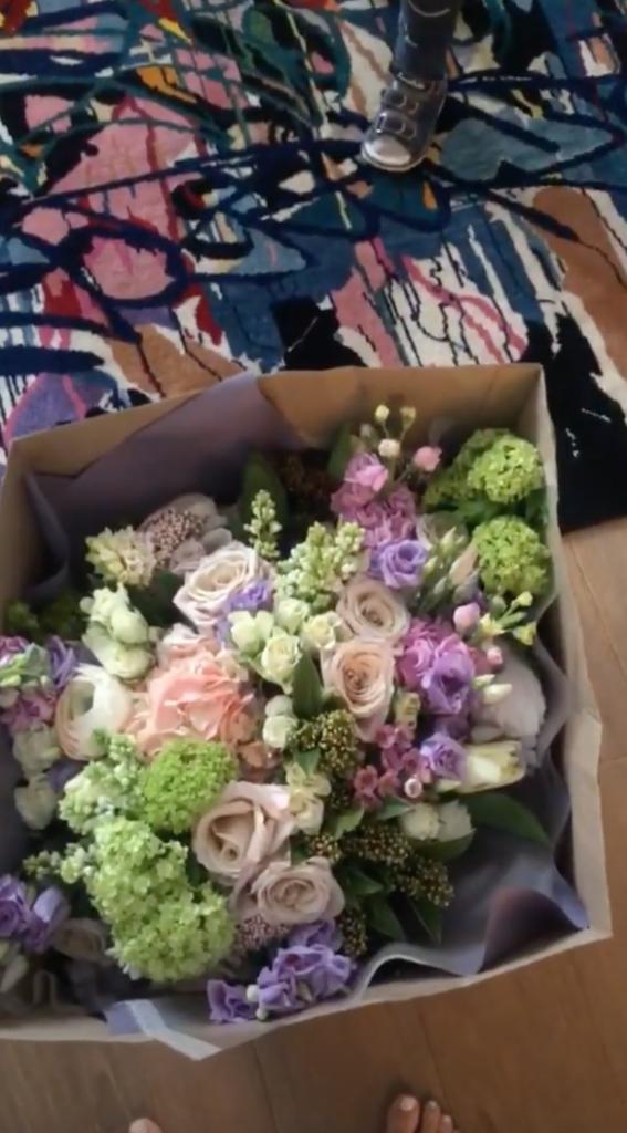 Прислал цветы девушке на работу модельное агенство оленегорск