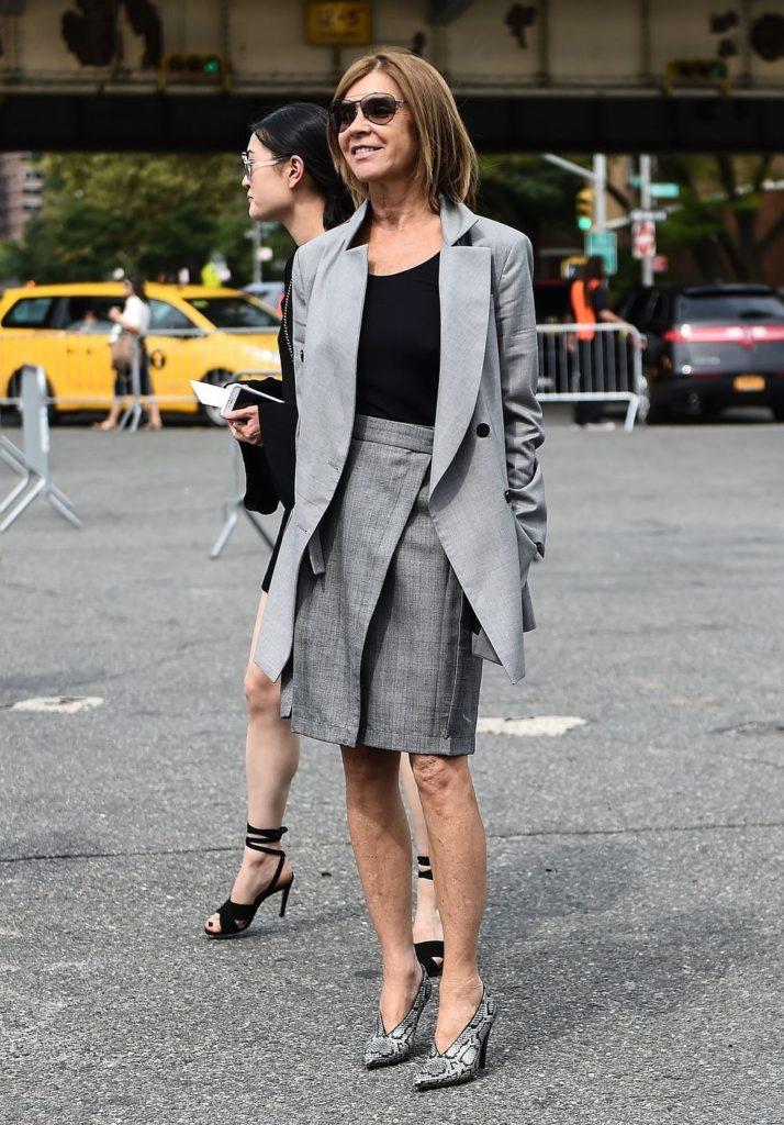 Носи с юбкой-карандашом длины миди, как Карин Ройтфельд