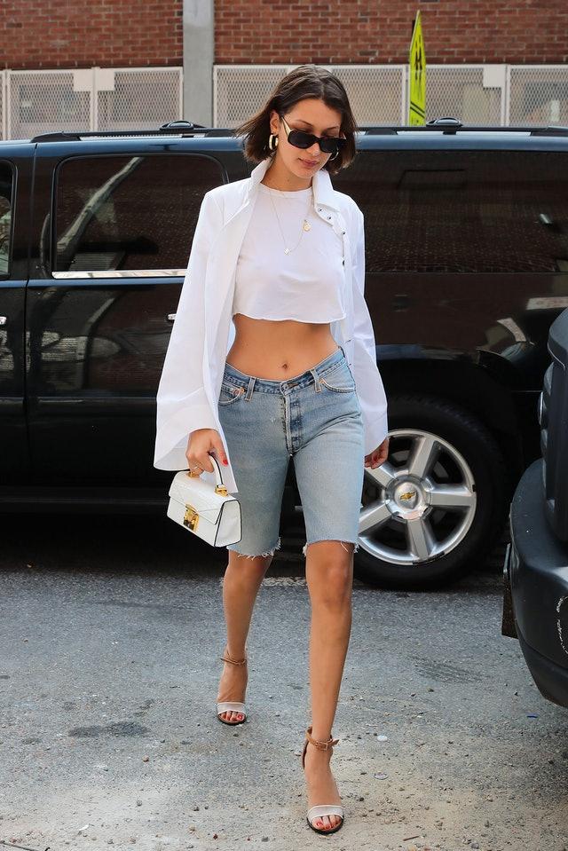 Носи расстегнутую рубашку поверх кроп-топа в тон и с джинсовыми бермудами