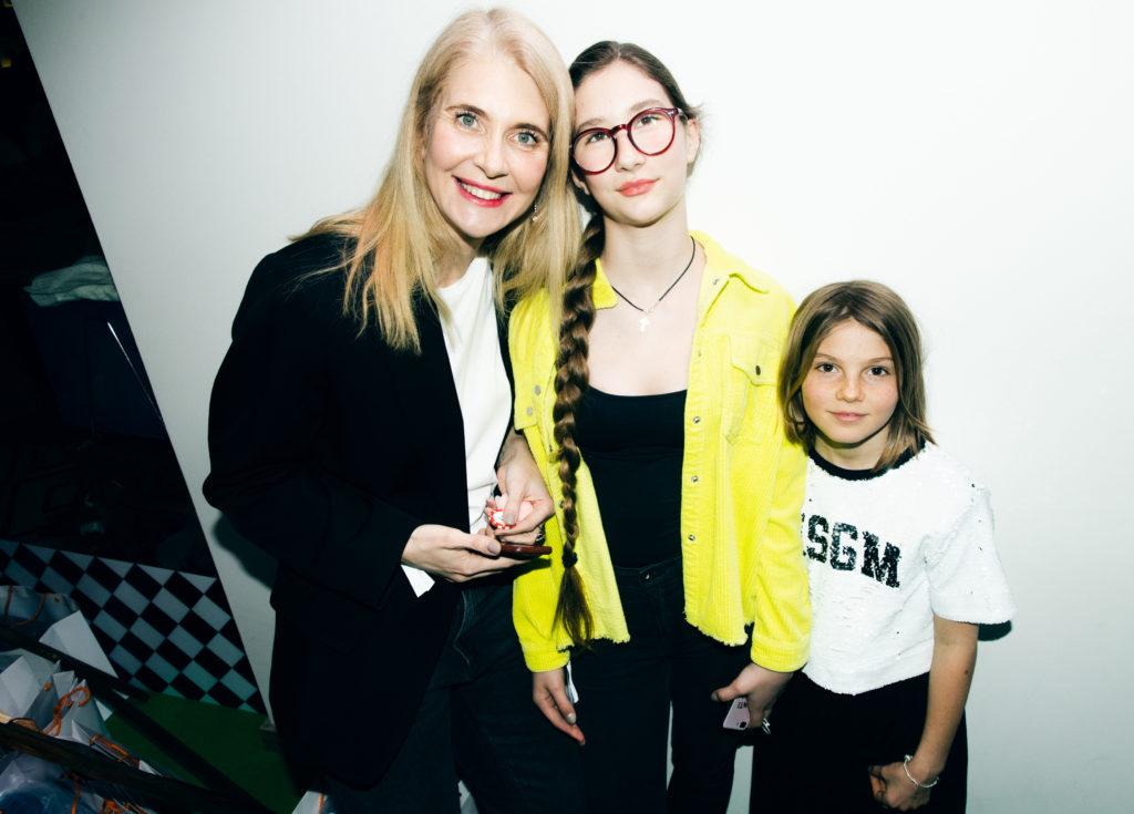 Дарья Лисиченко с дочкой Леной и дочкой Натальи Синдеевой - Сашей