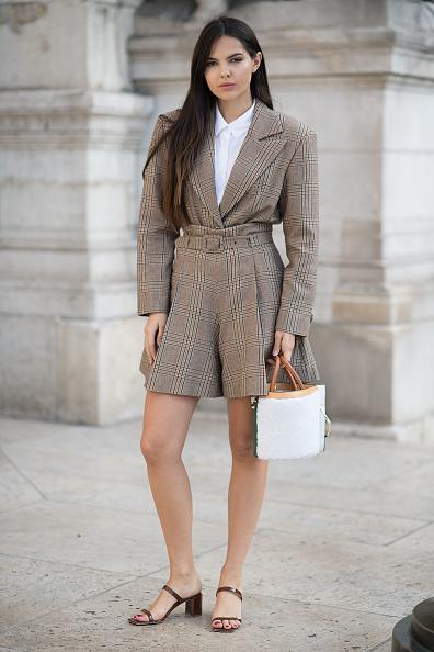 Или заправляй его в широкие классические шорты. Это тоже может выглядеть круто!
