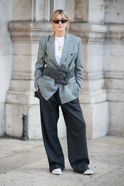 Носи с поясом и широкими длинными брюками