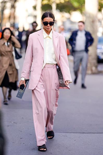 А Юлия Пелипас носит ее с нежно-розовым брючным оверсайз-костюмом. Идеальный летний вариант