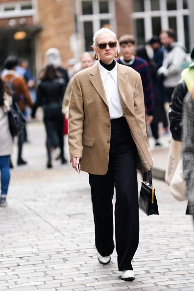 Но нам больше нравится вариант с многослойностью: водолазка + рубашка + оверсайз-пиджак = очень крутой образ