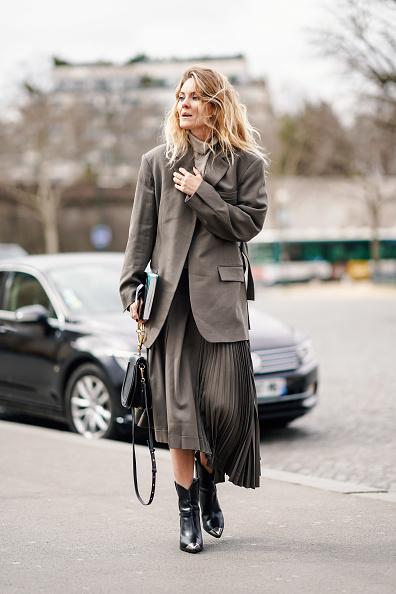 И с плиссированной юбкой, как у главреда ELLE Екатерины Мухиной, такой пиджак тоже будет выглядеть очень стильно