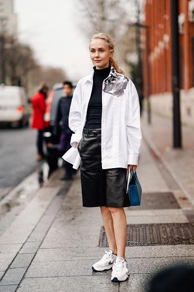 86476fc0810 Основатель КМ20 Ольга Карпуть носит белую рубашку поверх черной водолазки.  Бери с нее пример!