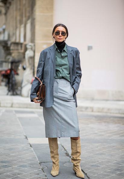 И с высокими сапогами (самой модной обувью этого сезона) такой образ смотрится еще круче
