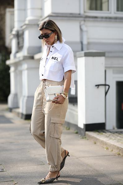 А блогер Айлин Коениг из Гамбурга носит ее с бежевыми брюками-карго и мюлями. Тоже очень стильно!