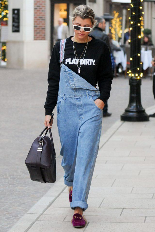 А джинсовый, как у Софии Рочи, носи со свитшотом или любимой рубашкой