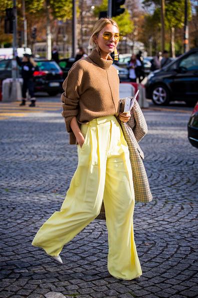 Носи любимый свитер с широкими шелковыми брюками и туфлями/мюлями/кедами