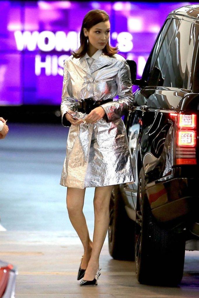 Более вечерний вариант от Беллы Хадид - платье-тренч цвета металлик с широким поясом и туфлями на небольшом каблуке. Очень стильно!