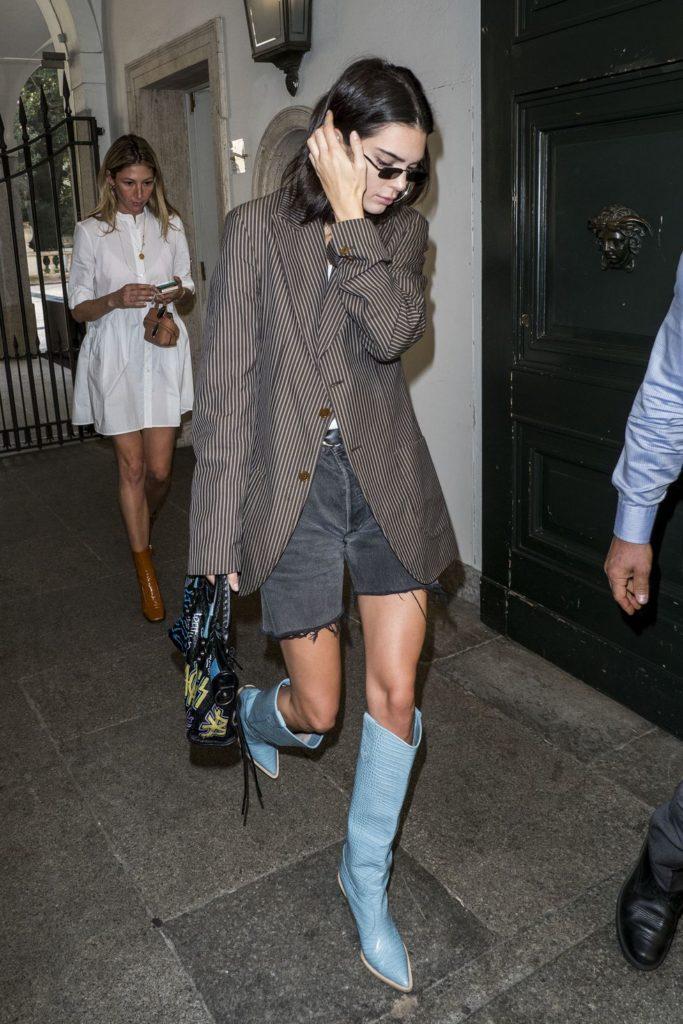 А если хочется надеть шорты, носи их с сапогами и длинным пиджаком, как делает Кендалл Дженнер