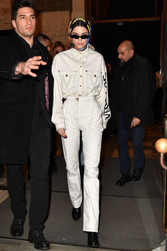 Носи белые джинсы с ботильонами и джинсовой рубашкой в тон, как делает Кендалл Дженнер