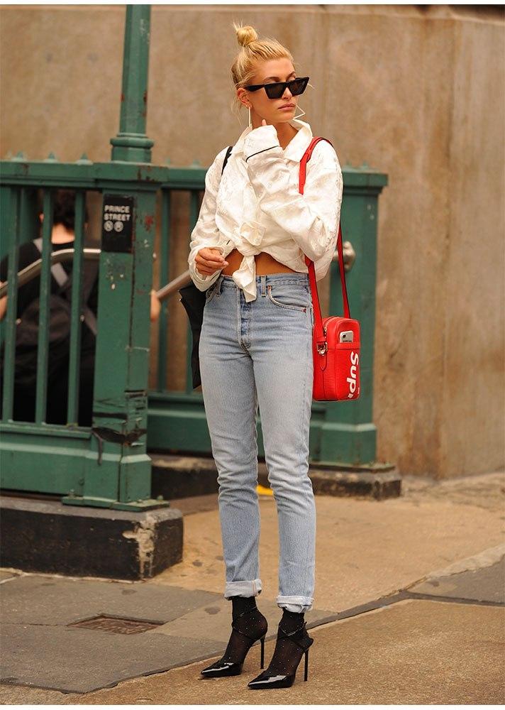 Завязывай ее на поясе, как Хейли Бибер и носи с джинсами и босоножками на каблуке