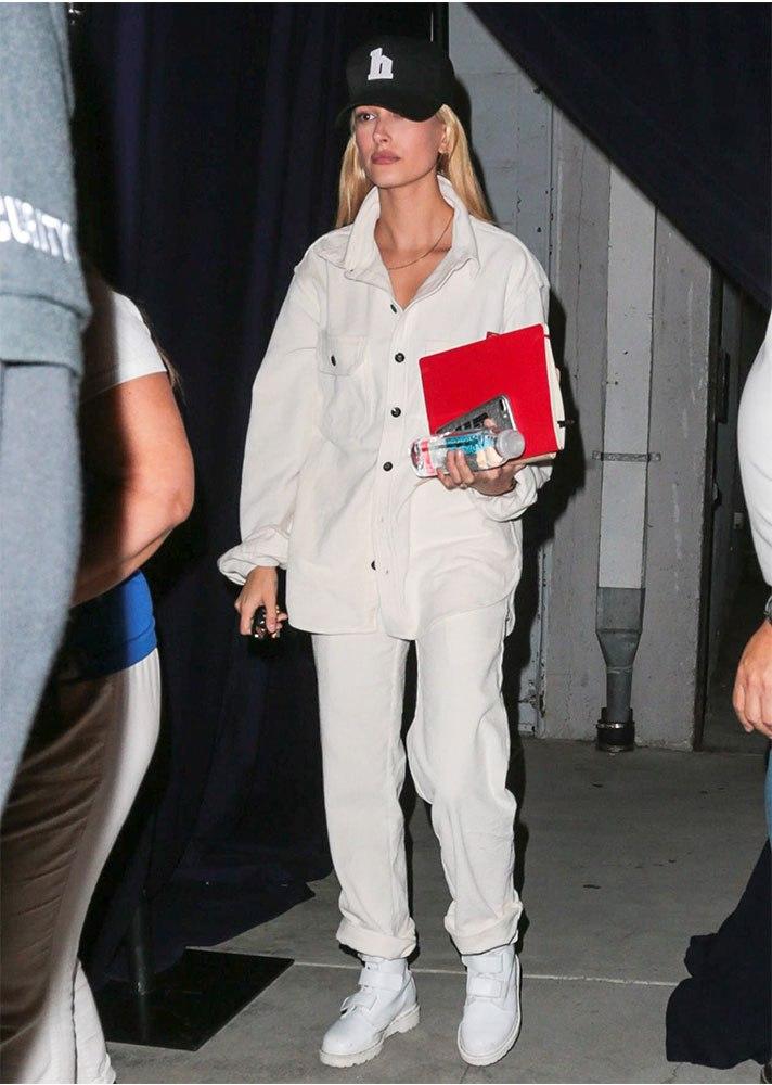 Носи с белыми брюками и ботинками и заправляй один край рубашки за пояс. Так, кстати, делает не только Хейли, но и все московские модницы