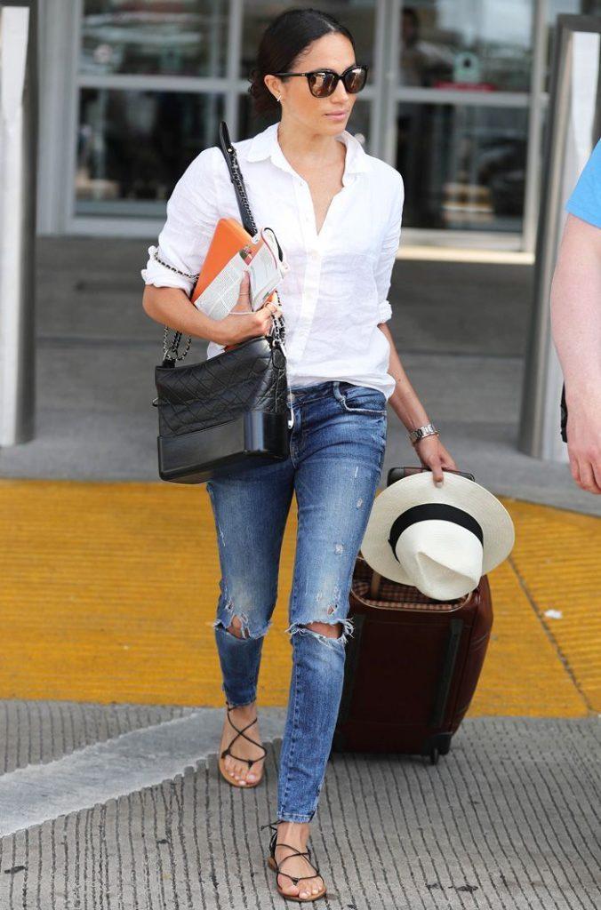 Меган Маркл не парится и носит белую рубашку с голубыми джинсами и сандалиями. Почему бы и нет? Добавь белую соломенную шляпу - очень в духе Канн