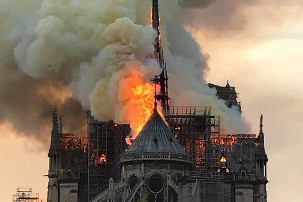 Картинки по запросу горит собор парижской богоматери