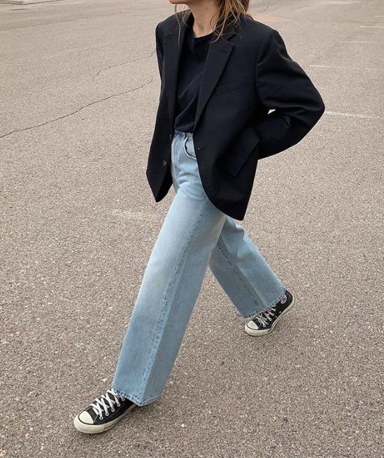 Хороший вариант от блогера Сандры Сауцеды: голубые джинсы + кеды + шерстяной джемпер и оверсайз-пиджак