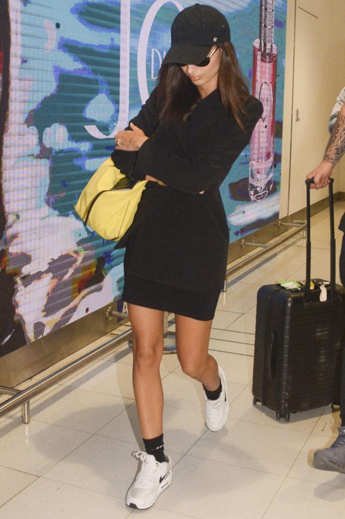 На удивление скромный, но удачный вариант от Эмили Ратаковски: мини-юбка, пиджак и белые кроссовки с высокими носками