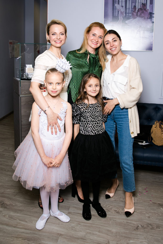 Ксения Белая и Дарья Пухаева с дочерьми и Яна Кушнер