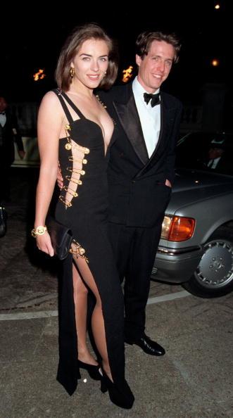 1994 год. То самое скандальное платье Versace и выход Элизабет с Хью Грантом, после которого она стала известной. Очень сексуально