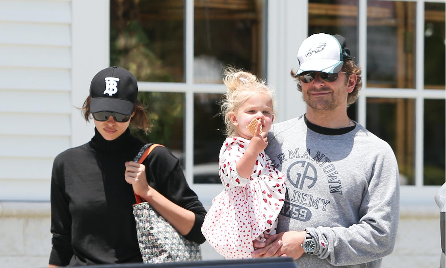 Выдыхаем: Ирина Шейк и Брэдли Купер на прогулке с дочкой